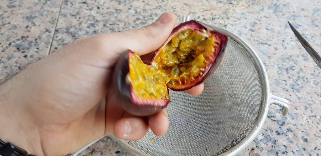 semillas de una maracuya morada del supermercado